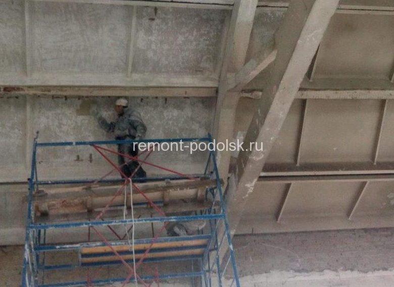 Очистка потолка в складе от побелки перед окраской